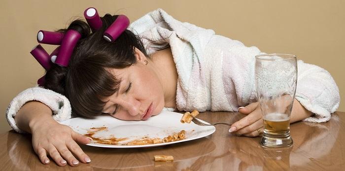 Il legame fra la carenza di sonno e la voglia di cibospazzatura